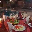 Diner au bord de la piscine