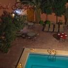La piscine et les chaises longues