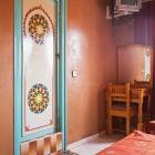 La porte de la salle de bains est décorée selon la tradition berbère
