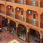 Les balcons des chambres et la piscine