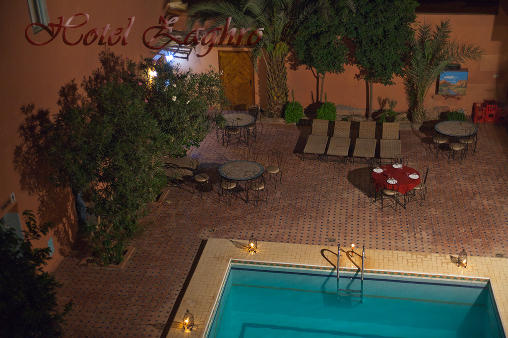 La piscine h tel zaghro ouarzazate - Chaises longues piscine ...